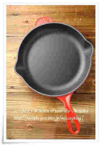 ル・クルーゼには、鋳物ホーローウェアのスキレットもあります。熱まわりがよく、保温性に優れているので、オムレツやパンケーキがふっくらと作れるそうです。おしゃれなデザインですから、このままテーブルにサーブできますね。※現在は、マットブラック・ミストグレー・シフォンピンクの3色です。
