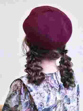 耳より下、低めの位置にルーズに作ったツインお団子。レトロな雰囲気がベレー帽と相性抜群です。