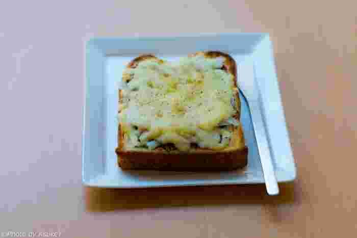スタンダードなチーズトースト。飾らないシンプルさが素朴ながらも美味しさを引き立てます。