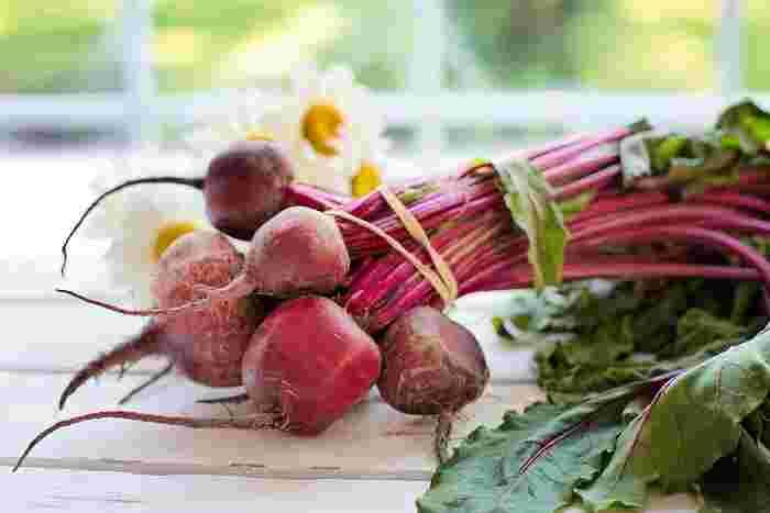 真っ赤な色彩が印象的な「ビーツ」は、地中海沿岸が原産の根菜。この鮮やかな赤は、自然着色料として使われることも多く、栄養もいっぱい!ビタミン・鉄、食物繊維、ミネラルなどが豊富です。