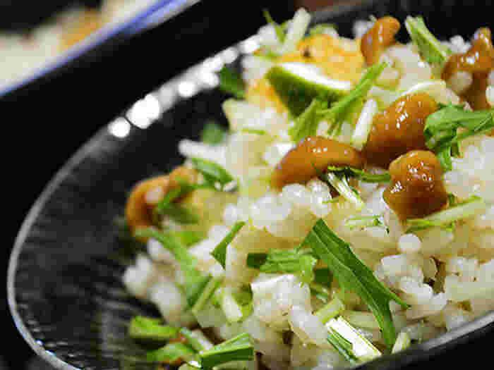 松茸味のお吸い物で作る炊き込みご飯は人気のレシピですが、こちらはさらに白だしとなめこを入れて、風味の良い炊き込みご飯に。手軽に購入できる食材で料亭風の上品な味わいに仕上がり、コスパも抜群なので覚えておくとお給料日前やおもてなしなどに重宝します。