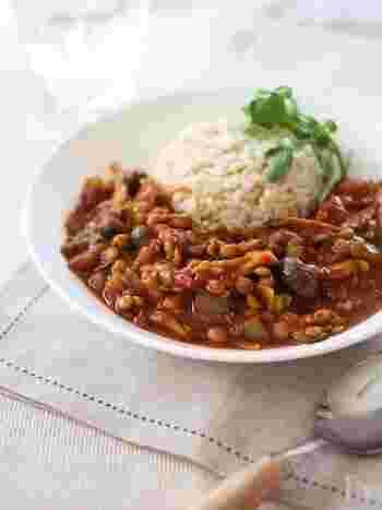 レンズ豆のカレーは、ダルカレーといってとても人気ですね。宗教上の理由でお肉をあまり食べない人も多いインドでは、お豆は貴重なたんぱく源。さっぱりしていますので、ヘルシーでスパイシーな料理を食べたいときにいいかも。