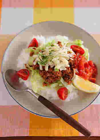 タコスミートと、野菜たっぷりのタコライス。ボリュームたっぷりでスタミナ満点。ランチなどにもおすすめです。ピリ辛味も食欲をそそります。