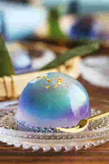 透明、青、紫の3色をマーブル模様にすることで、美しいグラデーションに。ファンタジックで上品な見た目にうっとりしますね。