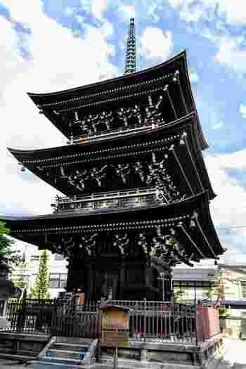 飛騨国分寺は、757年に聖武天皇の命令よって高僧・行基が建立した真言宗の寺院です。高さ22メートルを誇る三重塔は、岐阜県の重要文化財に指定されており、壮麗な姿で参拝者を迎え入れてくれます。