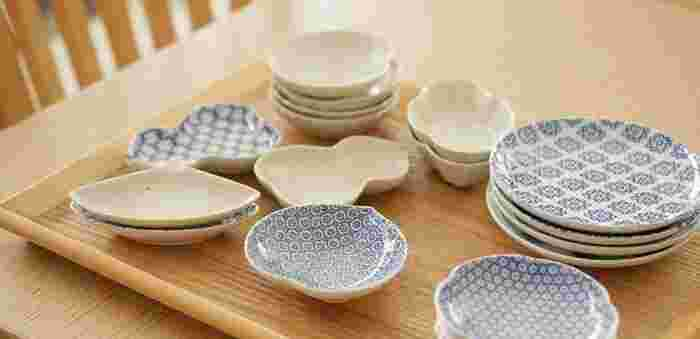 醤油差しや小鉢として使う日本特有の豆皿。海外にはこんなにかわいくて便利な器はありません!前菜からデザート、ナッツや薬味などのちょっとしたものまで、何でもセンスよく見せられる柔軟さが豆皿のスゴさ。箸立てとしても活用できます。