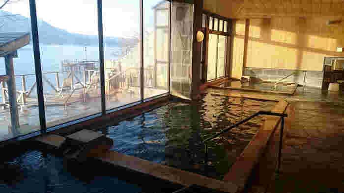 湖畔に建つ、大正4年創業の老舗旅館。皇室の方々や、スウェーデン国王も宿泊されたことのある名宿です。支笏湖を包むように聳える雄大な山々や原生林を眺めながらお湯を楽しめる展望露天風呂、全国でも珍しい足元湧出湯の天然露天風呂があります。