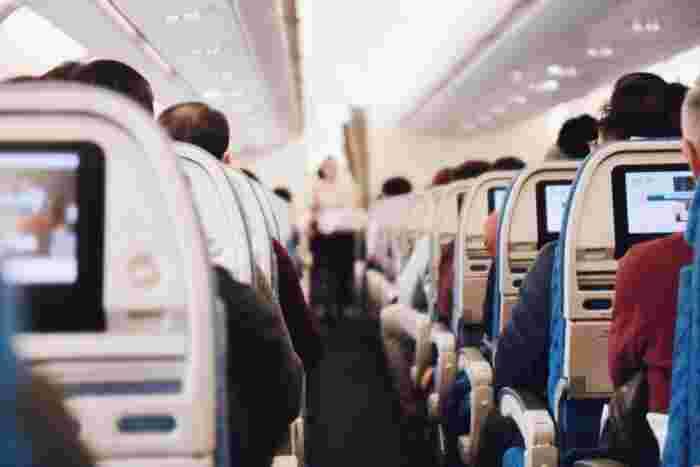 機内でよく問われるフレーズとして下記のような表現があります。  B: Do you have any baggage to check?(お荷物はありますか?) A(あなた): Yes, Two bags.(はい、2つあります。) 荷物は「baggage」の代わりに「luggage」が使われることもあります。 どちらもほぼ同じ意味なので、受け答えも同様で大丈夫です。   もうひとつ、お好きな席に座るために必要なワンフレーズも。  B: Would you like an aisle seat or a window seat?(席は通路側、窓側どちらがよろしいですか?) A(あなた): Window seat, please.(窓側でお願いします。)