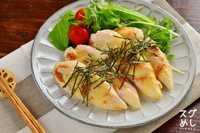 ヘルシーで淡白な味の鶏ささみに味噌とチーズでアクセントをつけたコク旨なレシピです。 鶏ささみ肉と味噌、チーズ、酒、刻み海苔といったシンプルな材料も嬉しいです。 作り方も電子レンジだけで作れて手軽なところもいいですね。 お弁当のおかずにもオススメです。  ▼栄養ポイント▼ 高タンパク低カロリーの鶏ささみ肉。 がんや生活習慣病の予防にきく発酵食品の味噌やチーズ。 また、チーズにはカルシウムも豊富で骨を丈夫にしてくれます。