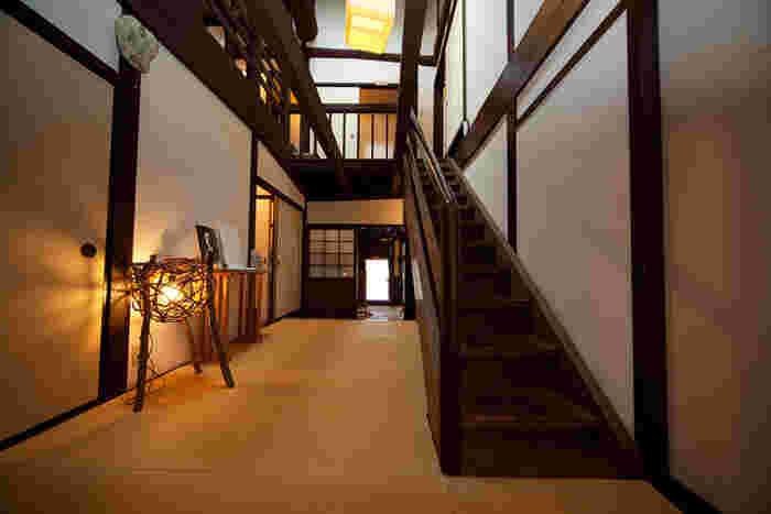 【熊川宿】を代表する文化財「旧逸見勘兵衛家(きゅうへんみかんべえけ)」は、ぜひ立ち寄りたい場所。建物の中は当時の面影を残しつつ、和モダンな雰囲気に改修されています。一般公開されているので、いろいろな部屋を見て回れますよ。