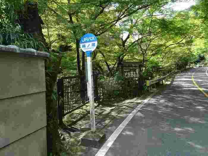【周山街道沿いのJRバス「栂ノ尾バス停」】