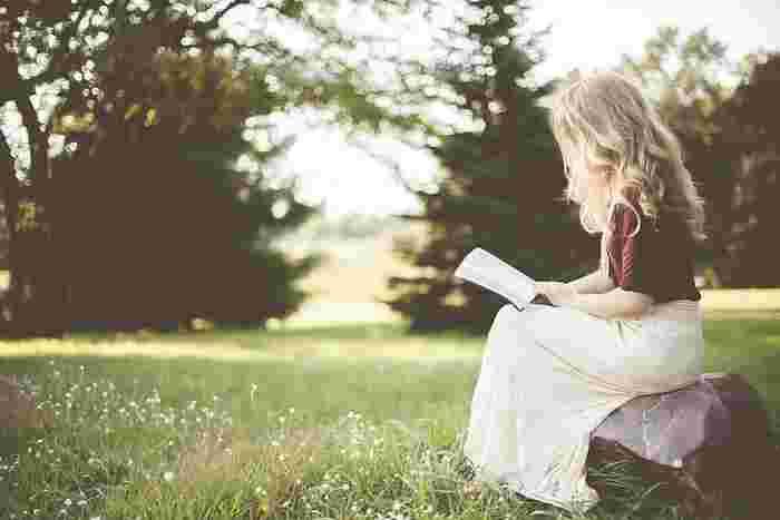 読書が趣味と聞くと知性を感じますよね。本を読むことは有意義な時間を与えてくれます。表現力や想像力も高まり、自分の成長に繋がる趣味のひとつです。