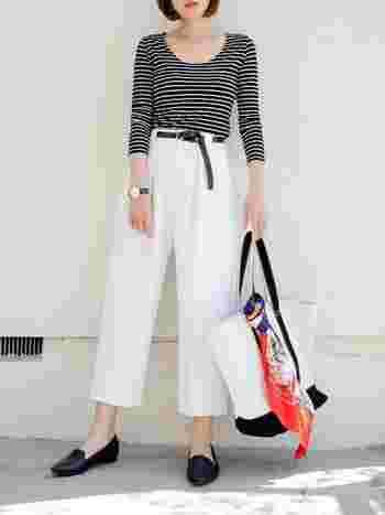 ボーダーTシャツに白パンツを合わせた夏のモノトーンスタイル。バッグに鮮やかなオレンジ色のスカーフを結ぶだけで、洗練された印象に仕上がります。