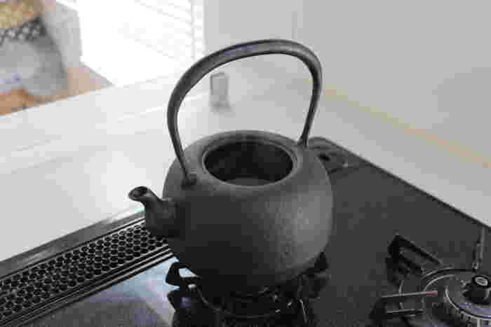 鉄分を補給したいなら南部鉄器の鉄瓶がおすすめ。お湯を沸かすと鉄瓶の鉄分が少しずつ溶け出していきます。この鉄分は身体に吸収しやすいといわれているので、貧血を予防したいときにも最適なんです。