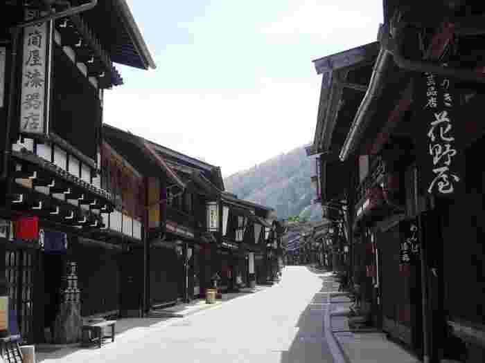 諸大名の参勤交代や行商人のための通行ルートとして。そして、寺や神宮を目指す庶民の参拝ルートとしてーー。今から約400年前の江戸時代、徳川家康の命によって整備された街道は、幹線として多くの人々に利用されていました。「奈良井宿(ならいじゅく)」は、そのような主要な街道のひとつ、江戸と京都を結ぶ「中山道(なかせんどう)」にある宿場町です。