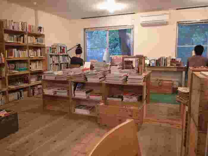 そんなFOLK old book storeの店内は、個人個人がプライベートな時間を過ごせるように席も離れて作ってあるので、周りに気をとられることなく集中して読書が楽しめます。古本屋ということで、気に入れば購入もできるため、試し読みをしてお気に入りの本を見つけられるのもポイントです◎