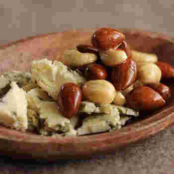 ナッツにハチミツを絡めて、ブルーチーズを添えるだけ。1分で作れる簡単おつまみですが、クセになる美味しさです。クラッカー等に乗せても美味しい一品ですよ。