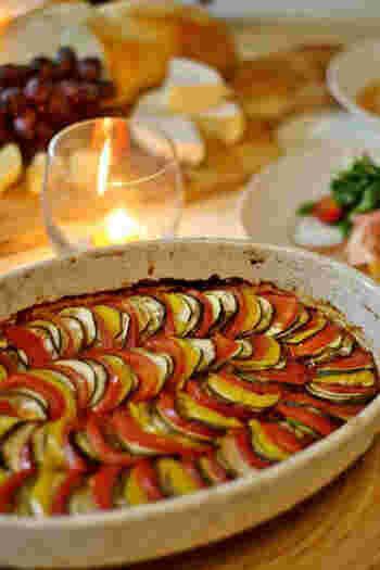 耐熱容器にトマトソースを敷き詰め、その上にズッキーニ・なす・トマトなどをスライスしたものをきれいに並べて焼きます。映画「レミーとおいしいレストラン」に出てくるラタトゥイユをイメージしたものだとか。
