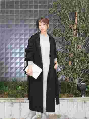 こちらも同じく、「ガウンコート」と「ロングプリーツスカート」の組み合わせです。ブラックのガウンコートに、中は淡いグレー系でまとめてすっきりとさせていますね。グレーの使い方がとてもおしゃれなスタイリングです♡