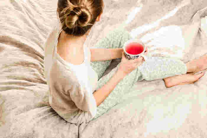ハーブティーにはリラックス効果だけでなく、抗酸化作用も期待できるので、肌荒れや年齢肌が気になり始めた方はぜひ取り入れてみて。またカフェインも入っていないので眠りを妨げることもありません。アロマと同様に香りを楽しめるので気分も落ち着きます。夜にオススメなのはカモミールやラベンダー。ローズやレモンバームもいいですね。