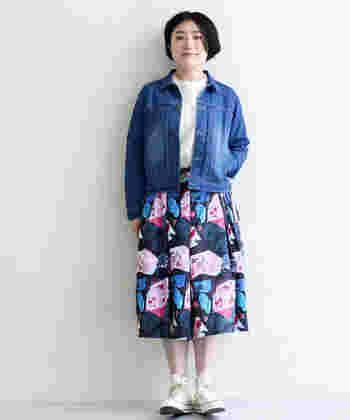 シンプルな着こなしの中に、ポップなデザインのスカートで遊び心を。春らしい明るい気分にしてくれる着こなしです。