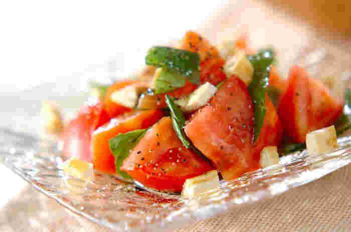 夏の食卓に欠かせないトマトとバジルの緑が鮮やかな一品。味付けも、オリーブオイルとバルサミコ酢、塩コショウと、とってもシンプル!切って合えるだけの簡単レシピは忙しいママさんや主婦の味方ですね!