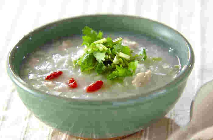 鶏の旨みが染み出した中華風のおかゆ。パクチーとクコの実をアレンジするとより、中華なイメージに仕上げられます。体調が悪いときは、クセの強いパクチーは三つ葉に変えると食べやすくなります。
