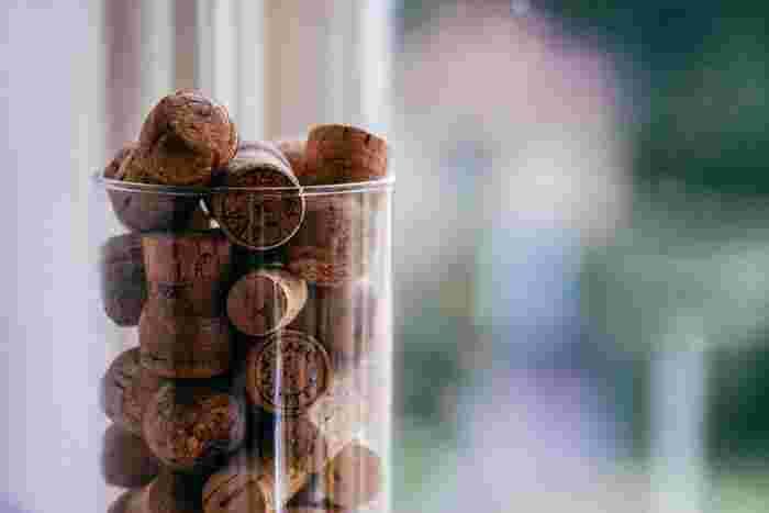 ワインが好きな人にはおなじみのコルク栓。普段捨ててしまうこのコルク栓も素敵に活用することができます。