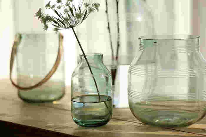 人気インスタグラマーさんたちのおうちでもよく見かけるケーラーのオマジオシリーズは、デザイン性が高い美しい花瓶です。クリアタイプは涼し気で、夏の盛りでも窓辺を明るく魅せてくれる逸品です。
