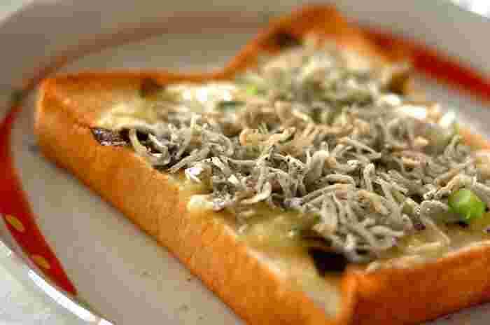 洋風だけでなく和風のトーストレシピをマスターしておけば、アレンジの幅がグンと広がります。具材はチリメンジャコと味付けのり、ネギだけなので、気軽に挑戦できそう。余りがちなチリメンジャコの活用レシピとしてもおすすめです。