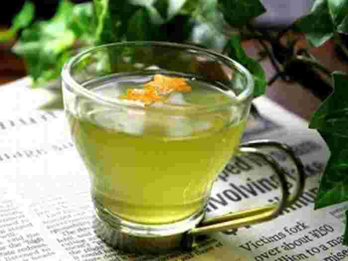 いつもの緑茶にオレンジの皮を入れるだけで、気分をリフレッシュしてくれるシトラスフレーバーのグリーンティーになります。オレンジの代わりにレモンの皮を使ってもOK。また違った爽やかさを楽しめます。