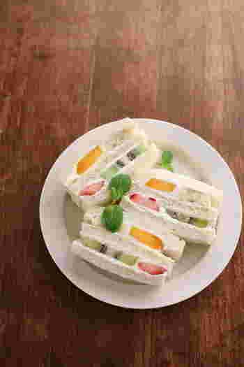 フルーツを2種類ずつかわいらしく配置させたフルーツサンド。間に挟んだクリームはマスカルポーネクリームなので混ぜたりしないのでとっても簡単です。フルーツが美しく見えるような配置も紹介されてる基本のレシピです。
