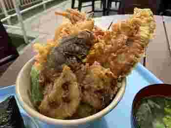 大きな天丼が食べられる「帆船」。どんぶりからはみ出るほど大きなアナゴを使った天丼は、迫力満点で見た目も美味しさも抜群です!