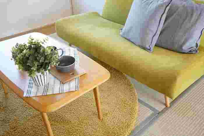 まるで草原のようなグリーンを使ったソファには、似た色味のラグを合わせて。畳にソファだけでも合いますが、ラグを一枚敷きこむことで、ソファ前の空間が際立ちます。ラグの上にテーブルを置けば、畳に跡がつくのも防げます。