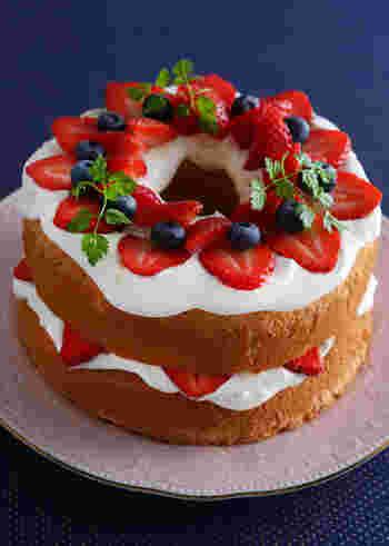 記念日やクリスマスにもピッタリなデコレーションケーキ。 全体を生クリームで覆わないので、これなら初心者さんにも上手に出来ちゃうアレンジですね!