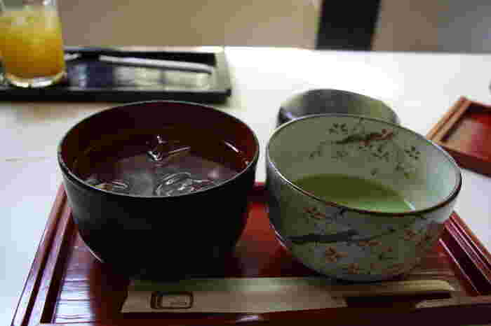 奥深い抹茶と清涼感たっぷりのくずきりは相性抜群。しかも注文を受けてから作って頂ける貴重なおいしさ。つるんと喉越しも良く、優しい甘さにほっと一息つけますよ。