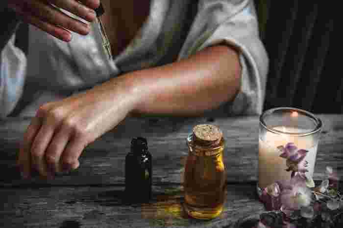 先ほどご紹介したエッセンシャルオイルは、スパなどのオイルマッサージでも使われる様に、そのまま体に馴染ませながらマッサージオイルとして使うことが出来ます。もちろん効果や香りのブレンドはお好みで。