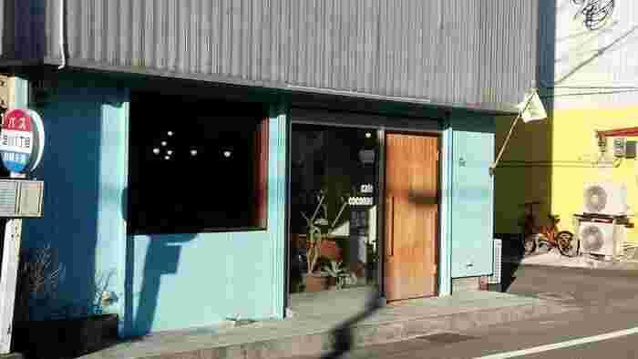 水色の壁が目印の「cafe coconoe」は、世界中を旅してきたご夫婦が営む、雰囲気たっぷりのパン屋さんです。主に天然酵母のハード系パンが並び、野菜をふんだんに使った萌え断サンドイッチも人気!県内外から訪れるファンも多いお店です。