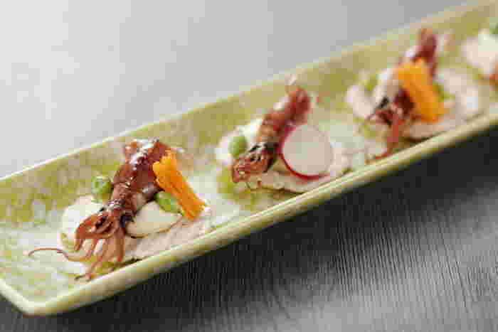 夜遅くにご飯が食べたい日は、「とと屋」がおすすめです。北陸の地魚が人気で、この時期は旬のホタルイカがいただけます。