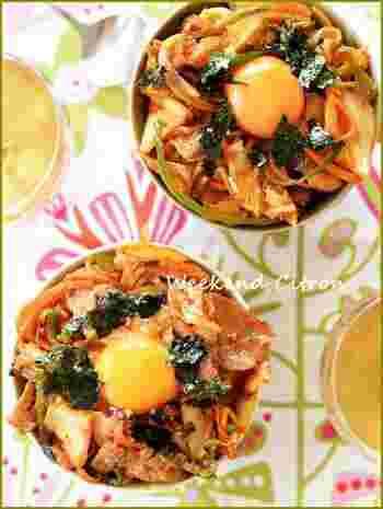 玉ねぎにピーマン、にんじん…野菜をたっぷりと食べることができる豚キムチ丼は、スタミナ満点!キムチは炒めることで、旨みが引き立ちます。