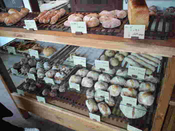 食パンやハード系パンを中心に販売しています。パンは低温で長時間発酵しており、もちもちとした食感が人気。味わいもシンプルで、和食にも合うと評判です。