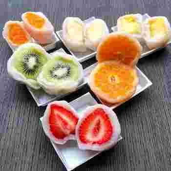 名古屋市で数店舗展開するこだわりのフルーツ大福屋、「覚王山フルーツ大福 弁才天」の『フルーツ大福』。いちごはあまおうや紅ほっぺ、他にも完熟パインやりんごなどのフルーツが主役の大福で、フルーツ本来の味を引き立てる白餡と求肥の⻩金比にこだわって作られています。フルーツの断面も色鮮やかで美しく、誰もが喜ぶ和スイーツです。