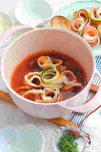 大根・ズッキーニ・ニンジンをピーラーでカットして、お肉で巻いたお鍋。今の季節ならズッキーニの代わりに彩りとしてネギやカイワレ大根、周りにたっぷりの白菜を敷き詰めても美味しそうです!最後は、ごはんとチーズを加えて煮込むと、リゾット風の美味しい〆に!