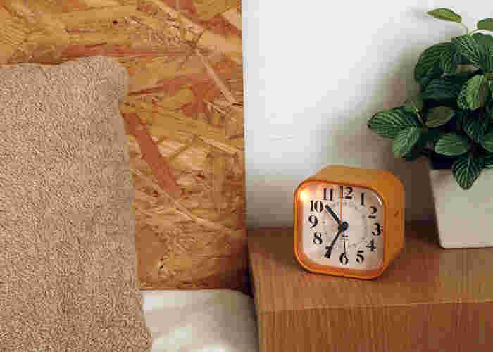 寝室のサイドテーブルに置いても場所を取らないコンパクトなアラーム時計です。落ち着いた色合いなのでインテリアにも馴染みやすいでしょう。埋め込み型のボタンと、スイッチはサイドにあるシンプルなデザインも魅力♪