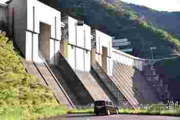 少しレトロな印象のある長島ダム。 建設時は、ダムだけでなく、道路や看板など細部にまでこだわったと言います。