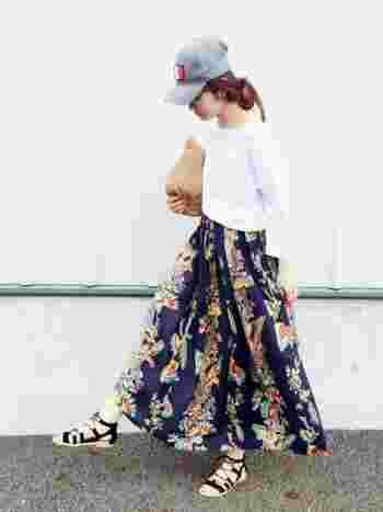 柄スカート+クラッチバッグ トロピカルな柄スカートは夏気分を上げてくれます。お出かけも楽しくなりますね。