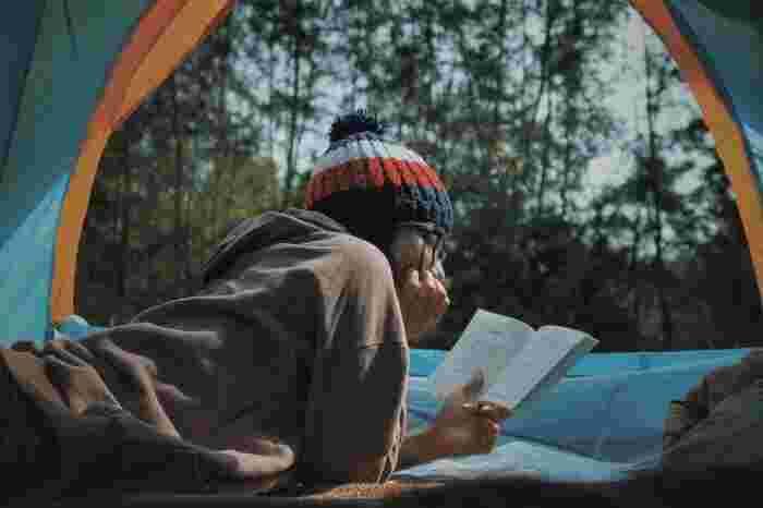 キャンプ=アウトドアというイメージですが、実はインドア派にこそおすすめなんです。木々のざわめきと小鳥のさえずりをBGMに、テントの中でごろんと寝転んで読書。心が無になり、心地の良い時の流れを感じられますよ。