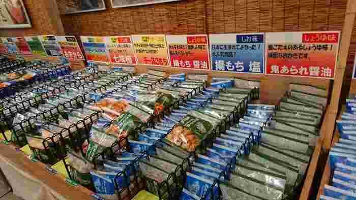 先ほどご紹介した銚子電鉄の名物『ぬれ煎餅』は銚子土産におすすめ。鉄道会社直営の売店には、ぬれ煎餅や県内のお煎餅をはじめ、全国のあられや揚げもちなどがたくさん並んでいますよ。