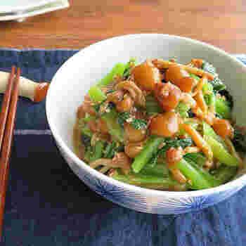 こちらはかつお節から出汁をとるのではなく、そのまま和え物に加えます。小松菜の食感と鮮やかな色が美しく、かつお節の他にすりごまを混ぜるので、汁気を吸ってくれるのでお弁当にもOK!