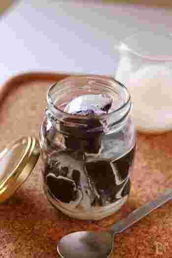 白玉粉とゼラチン、インスタントコーヒーを使って作る洋風わらび餅。コーヒーゼリー感覚で、生クリームをかけていただきます。